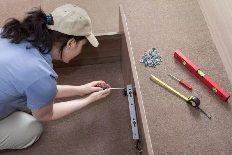 Επίπεδο, ρουλέτα και στοιχεία στερέωσης χρειάζονται για την κατασκευή οποιουδήποτε κρεβατιού