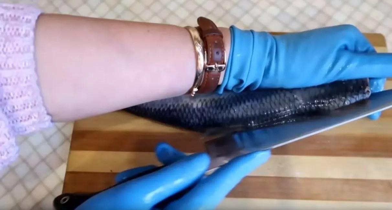 Pagputol sa likod ng isang herring gamit ang isang kutsilyo