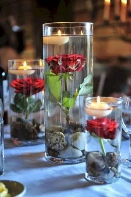 Bahçe gülleri ile boş cam akvaryum yerine