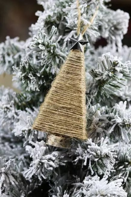 The Christmas tree of twine is simpler. Dense cardboard frame is covered with twine, glued a metal or glass star to the top and the cover to the base. Decoration in rustic style is ready!