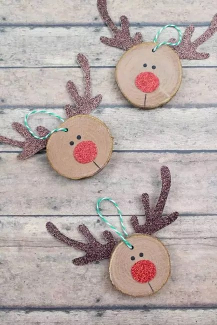 Deer - Joulu-symboli, Santa Clausin avustajat. Jos liimat sarvet, nenä ja silmät leikataan pahvista, nenä ja silmät ovat söpö hirvi kuono. Tärkeintä on käyttää loistavaa pahvia!