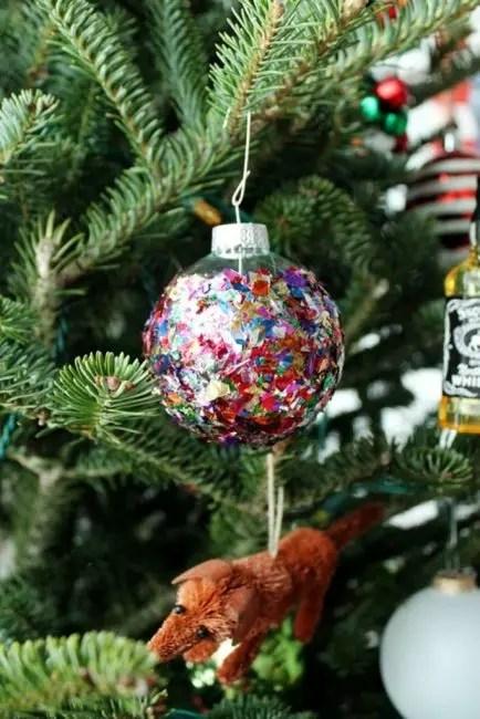 Блеска много не бывает. Рождественский шар, оклеенный блестящим конфетти красиво мерцает в елочных огнях. Для его изготовления понадобиться только клей ПВА и россыпь конфетти
