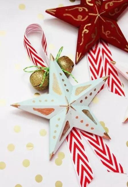 Joulu-tähti voidaan myös valmistaa paperista, joka yhdistää useita sektoreita yhdeksi tuotteeksi. Koristele tähti maaleja, kimalluksia, nauhoja