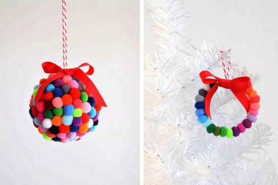 Joulu Seppele Pomponovista - toinen versio joulun sisustuksesta. Pumput kiinnitetään tiheään lanka ja suspendoidaan satiini nauha. Väri-gamut voidaan valita kaikki sopivat tyyliin sisustukseen