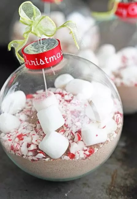 Billet for serving hot chocolate in a bowl. This have not happened before. The toy can be used as a gift for friends, not indifferent to a hot drink. Cocoa pounds inside the ball, sugar, put pieces of marshmorelou and decorated with confectionery sprinkling