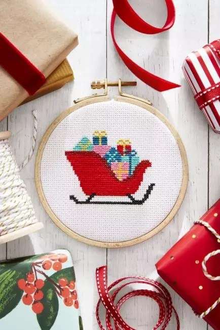 Kuvio voi olla kaikkein erilainen: joulukuusi kelkkaan täynnä lahjoja