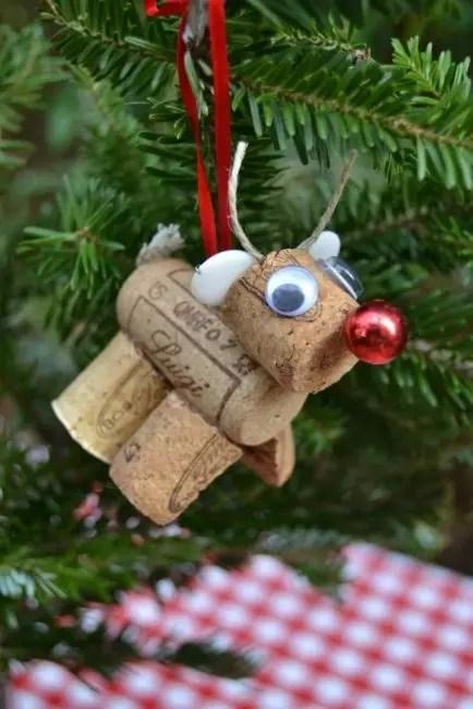 Olennok Rudolph 2,5 -viinipistokkeet ovat helppoa. Sisustus - kaikki, mikä on käsillä, nauhat, helmet, langat