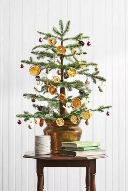 The fragrant garland from citrus is a very spectacular decoration. Orange slices are dried in the oven at 250 ° C for about 3 hours. In each slicer, the hole is done and the twine is introduced. Girland ready