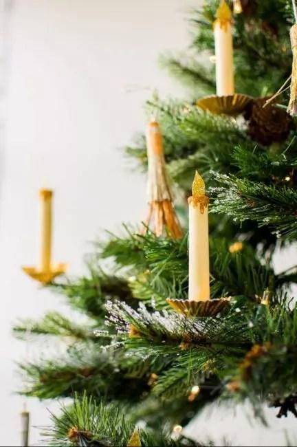 Realistinen paperin kynttilät ovat vaikeita erottaa nykyisestä. Ne on valmistettu paksuista paperista, pakkauksista karkkeja varten perustana ja kultamaalina. Kaikki on hyvin yksinkertainen!