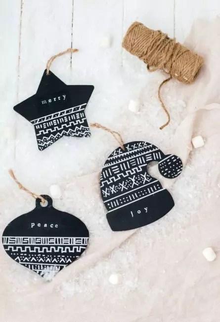 Tiheän mustan kiiltävän paperin koristeet näyttävät erittäin julmaksi. Sieltä voit leikata kaikki muodot uudenvuoden teemana ja soveltaa koristeita valkoisella maalilla. Suspension - ympäristöystävällinen juutti