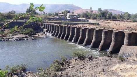 पाणी अडवण्यासाठी नद्यांवर बंधारे