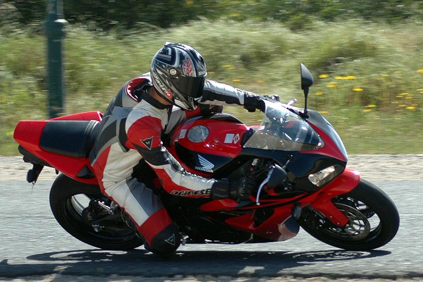רוכב האופנוע לרכוב על