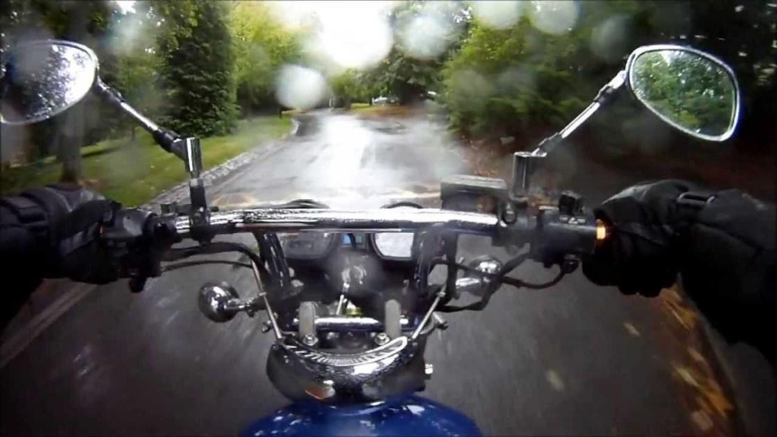 על האופנוע בגשם