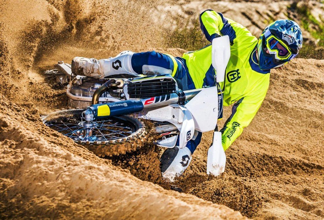 סרט אקשן אופנועים בספורט המוטורי אקדמיית הרכיבה במרוץ אנדורו מרוץ המוטוקרוס