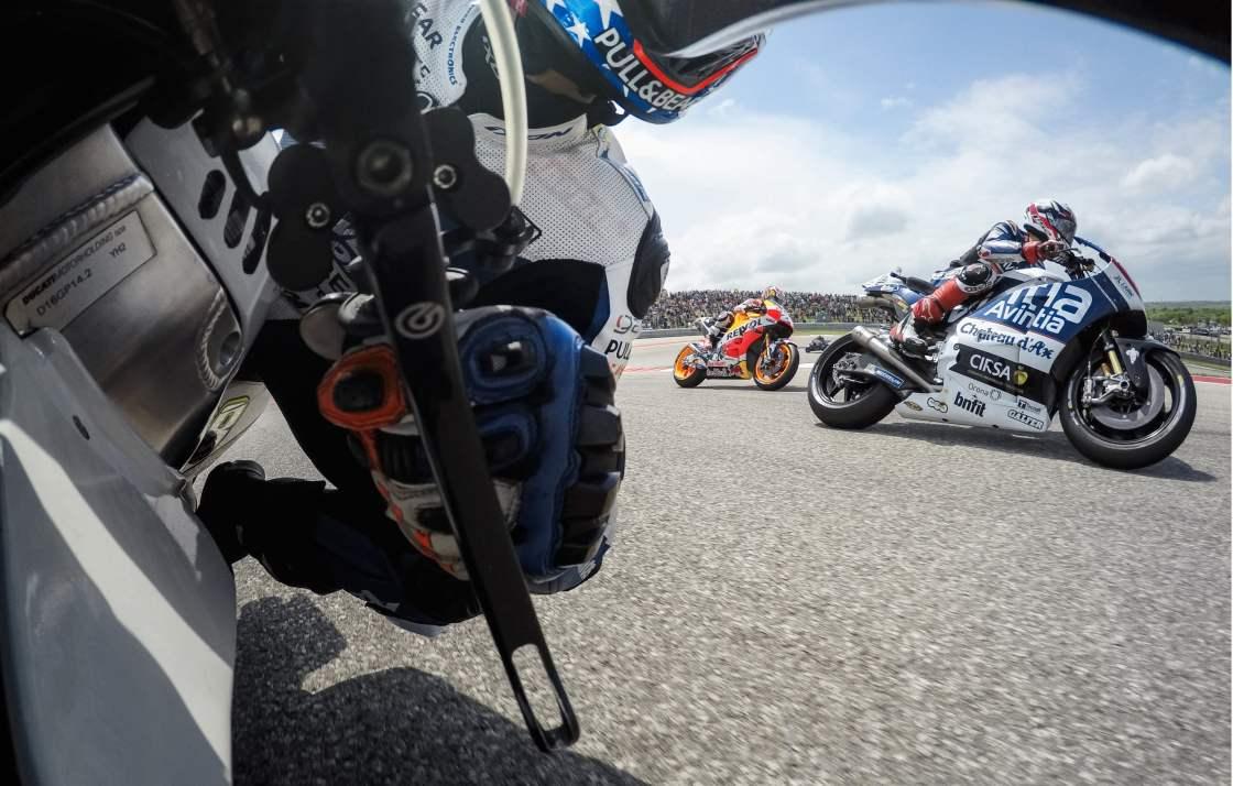 על אוכף האופנוע על המסלול