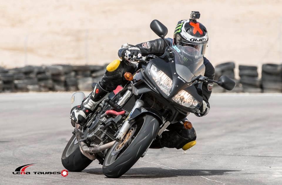 עם האופנוע בפצאל