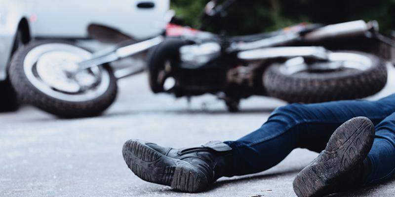 האופנוען מהכביש תאונה מתאונת אופנוע