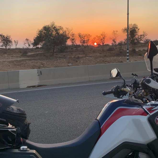 חוצה עם האופנוע