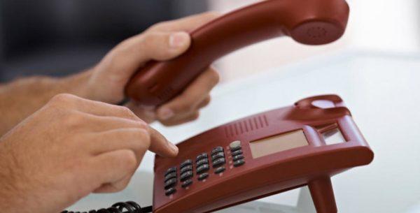 Можно позвонить в управляющую компанию, но чинить крышу после одного звонка будут вряд ли