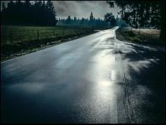 Na Spaloną wjechałem w ulewie. W schronisku Jagodna zjadłem racuchy z borówkami. W tym czasie, ulewa odeszła na zachód; zostawiła po sobie srebrną autostradę, pełną refleksów i plam. Dostrzegać pozytywy, zawsze …