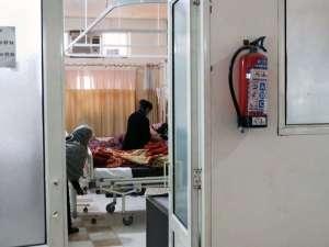 Blick in ein Krankenzimmer des Kirpal Sagar Hospitals, Krankenschwester am Bett eines Patienten, Angehörige