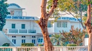 Blick durch die Bäume auf das Kirpal Sagar Charitable Hospital