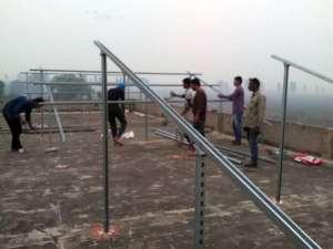 erste Ständer für PV-Anlage auf dem Dach des Altenheims