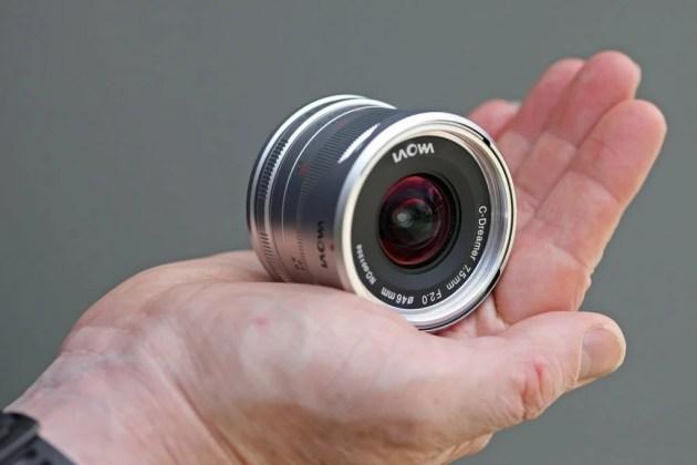 Laowa 7,5 мм F / 2 MFT в руке