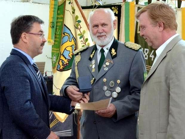 Lutz Franke (rechts) und Michael Olms(links) gratulierten Helmut Leppin zur Verleihung der Ehrenmedaille des Kreissportbundes Altmarkkreis Salzwedel. Fotos: Anke Pelczarski - Volksstimme