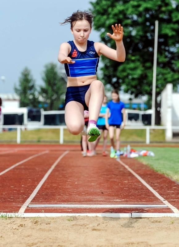 Nele Krüger (PSV Gardelegen) schafft beim Weitsprung 3,81 Meter und holt Silber.