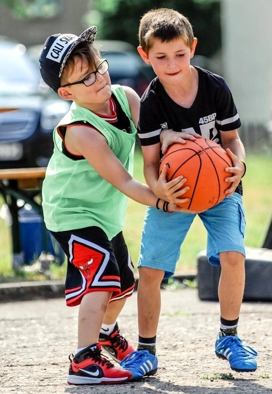 Auch bei den Kleinsten wurde schon verbissen um jeden Ball und Korb gekämpft.