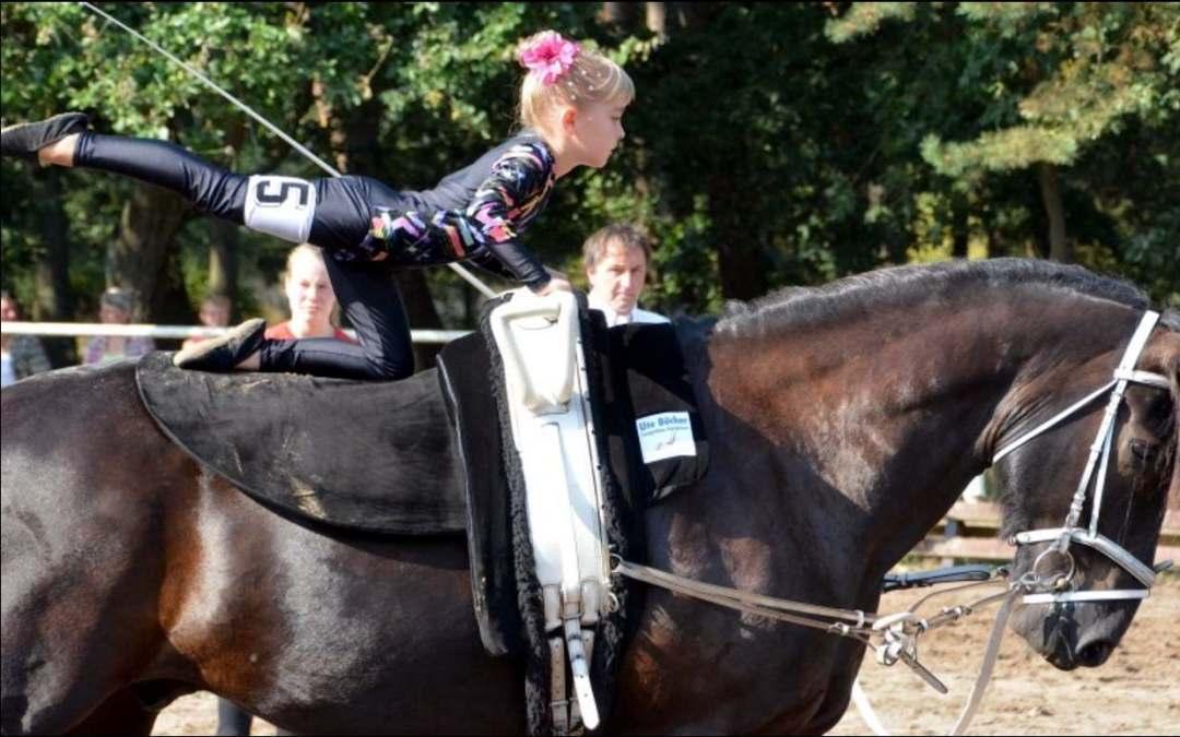 """Turnerin Paula Vogel aus Güssefeld zeigte auf dem Pferderücken ihr Können. """"Das hat sie schön gemacht"""", lobte die Preisrichterin."""