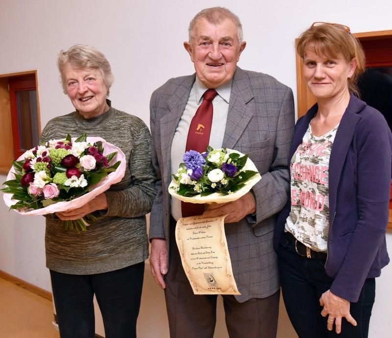 40 Jahre lang war Otto Zipperling Vereinsvorsitzender und wurde von seiner Frau Irma unterstützt. Dafür dankte Ute Pelka (rechts) im Namen der Voltigier- und Reitgemeinschaft. Foto: M. Schulze-Wührl  VOLKSSTIMME