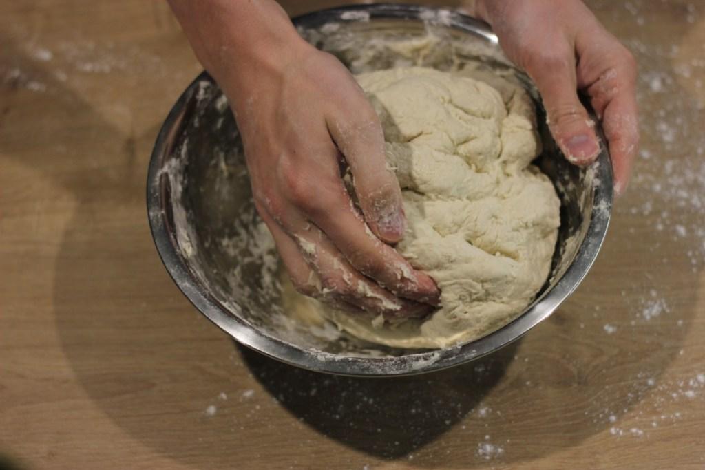 Chaczapuri - zagniatanie ciasta drożdżowego