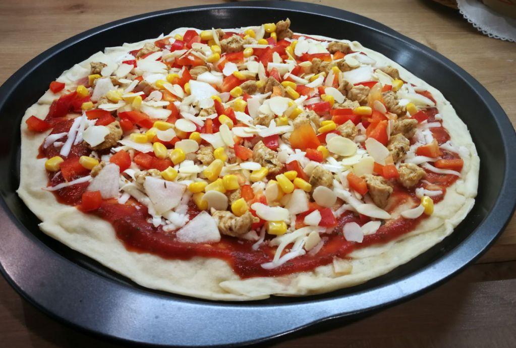 Pizza przed upieczeniem