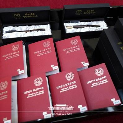 Passeport et stylo plume remis par le Président