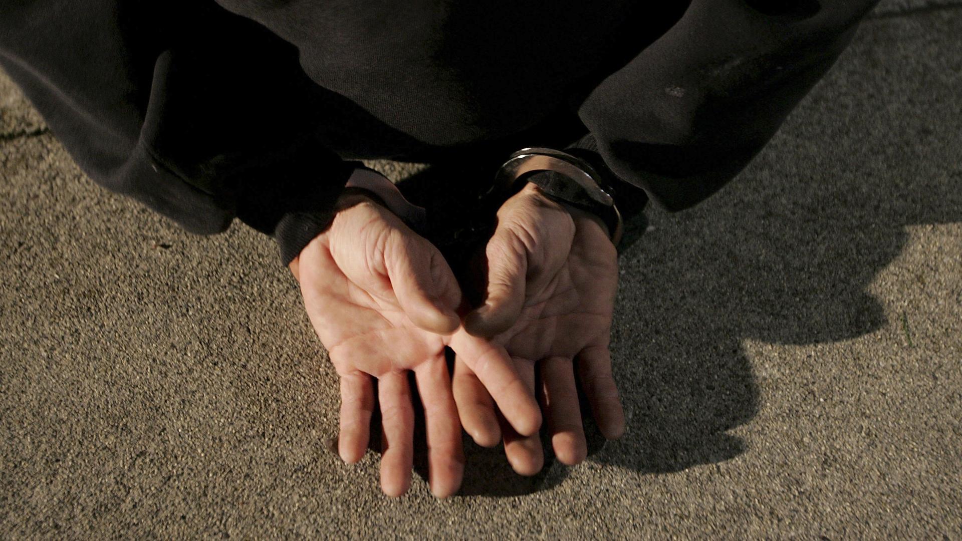 filephoto-handcuffs