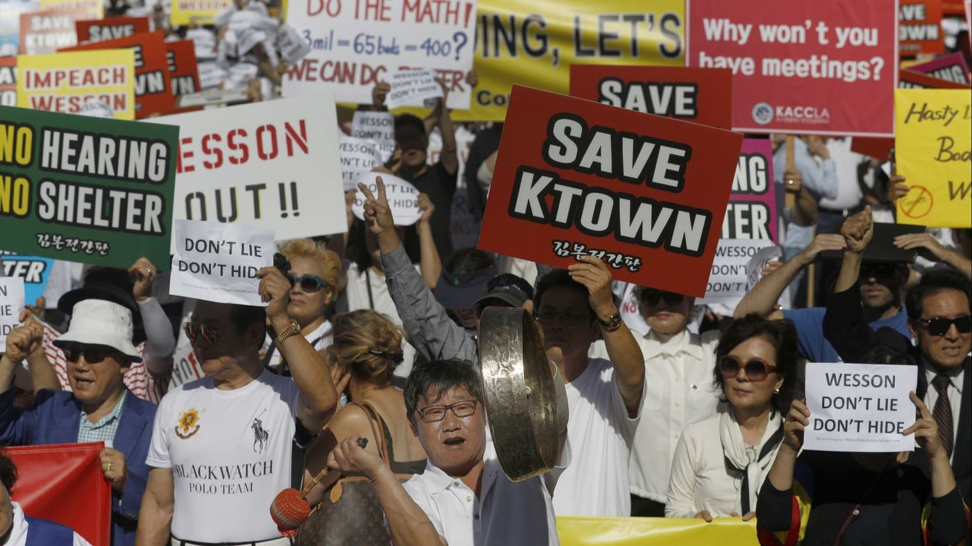 A crowd protests a city plan to set up a homeless shelter on Vermont Avenue in Koreatown on June 3, 2018. (Credit: Francine Orr / Los Angeles Times)