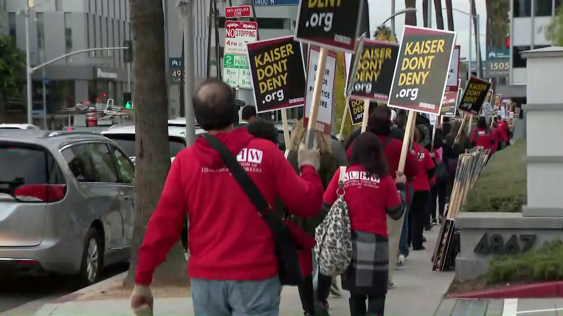 Kaiser Permanente mental health professionals strike in Los Angeles on Dec. 10, 2018. (Credit: KTLA)