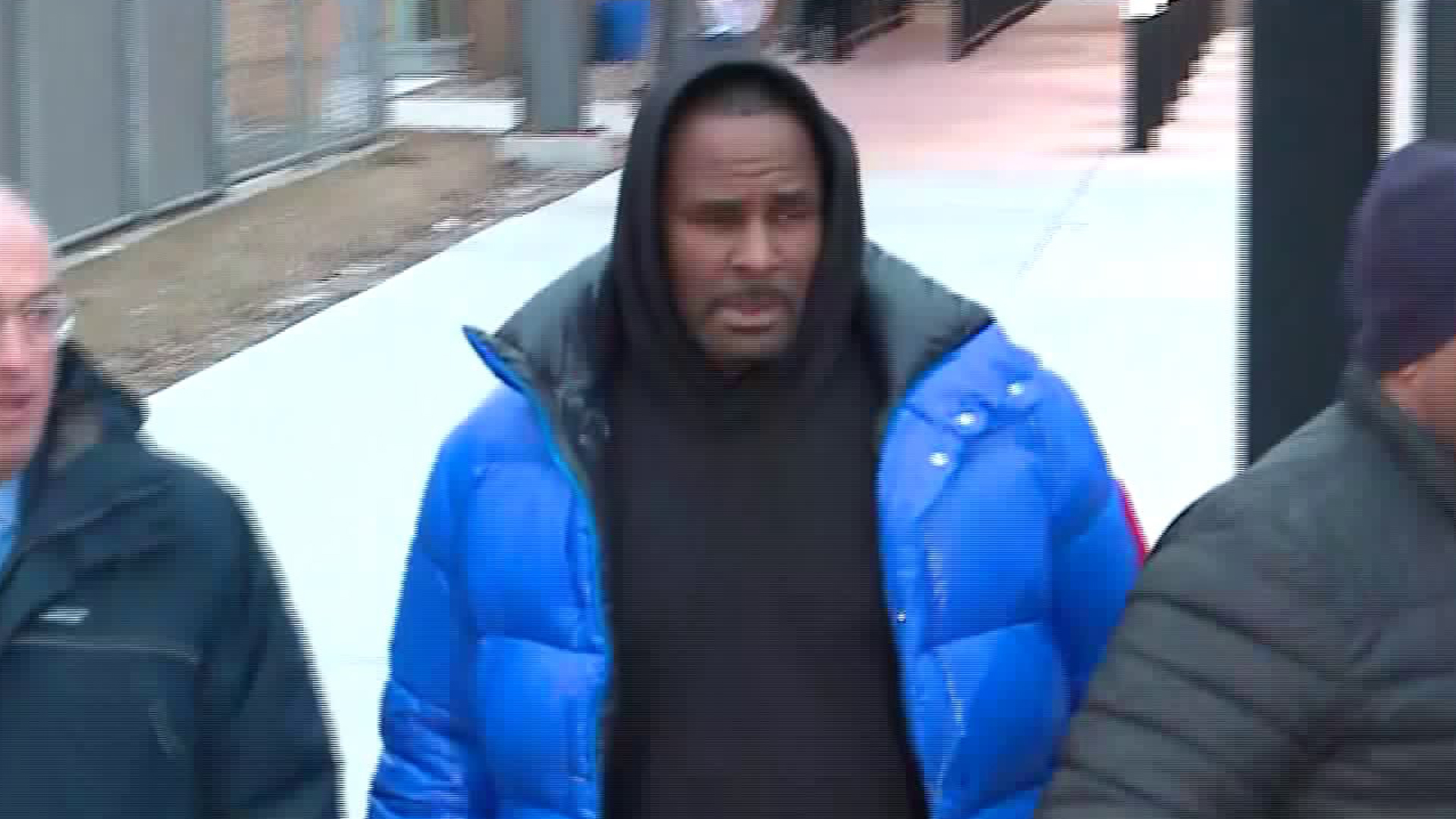 R. Kelly walks out of a Chicago jail after posting $100,000 bail on Feb. 25, 2019. (Credit: WGN)