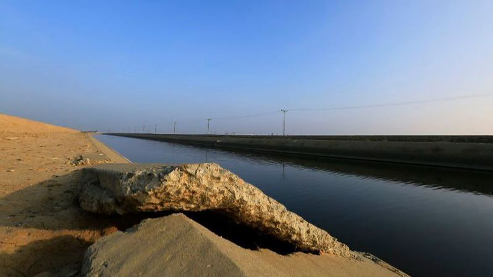 Buckled concrete sits along the Delta Mendota Canal on Jan. 13, 2015, near Los Banos. The ground is sinking due to overpumping groundwater in the San Joaquin Valley. (Credit: Brian van der Brug / Los Angeles Times)