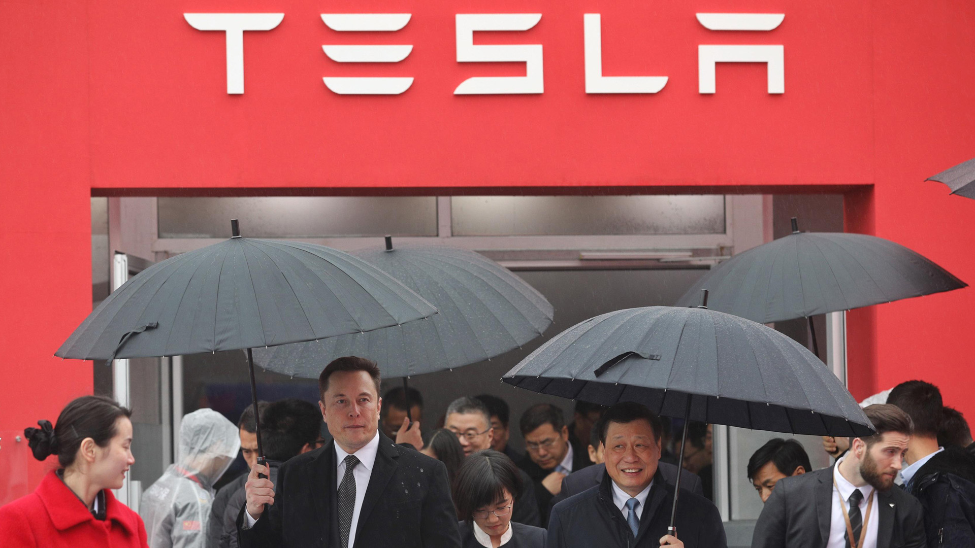 Tesla boss Elon Musk (L) walks with Shanghai Mayor Ying Yong during the ground-breaking ceremony for a Tesla factory in Shanghai on January 7, 2019. (Credit: STR/AFP/Getty Images)