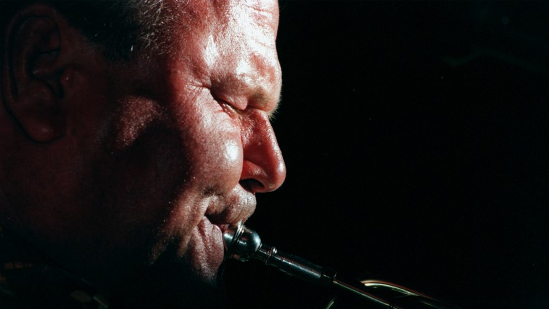 Jack Sheldon performs at Chadney's in Burbank on June 14, 1998. (Credit: AW¥Annie Wells/Los Angeles Times)