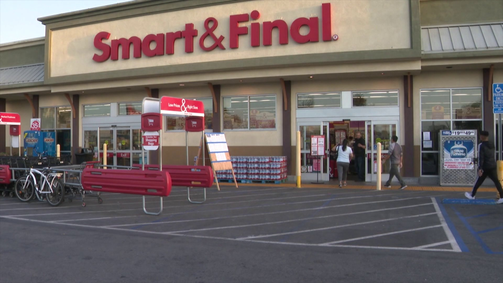 A Smart and Final in Costa Mesa is seen on April 3, 2020. (KTLA)