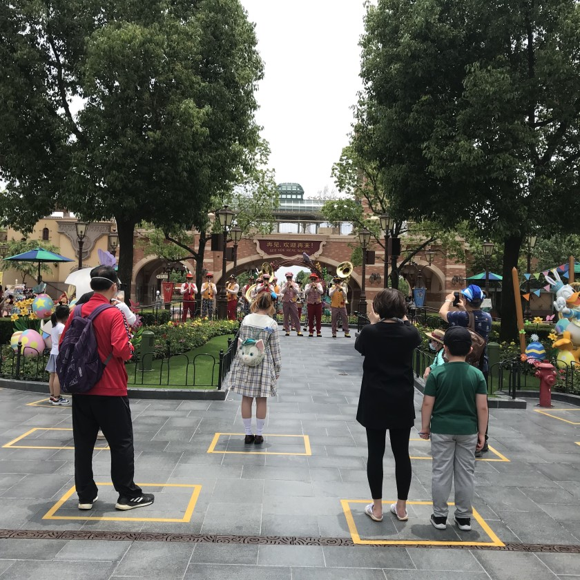 Yellow boxes are taped on the ground to maintain social distancing among visitors inside the park. One family is allowed to stand in each box.(Alice Su / Los Angeles Times)
