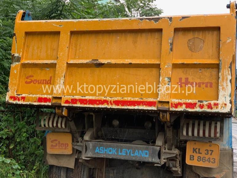 """""""Sound Horn"""" głosi napis na wielu ciężarówka, które można zobaczyć w Indiach. To przypomnienie, by w momencie, gdy podjedziemy pod tył tego samochodu, zatrąbić i tym samym ostrzec kierowcę, by gwałtownie nie hamował."""