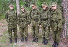 Kodutütarde sõjalis-sportliku võistluse Ernake 2007. ja 2008. aasta võitjad Meeri Lembinen, Anette Ross, Kairi Marlen Antoniak ja Triinu koos Kiviloo rühma vanema Heili Johansoniga.