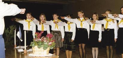 KT Tallinna ringkonna Lasnamäe rühma Priisle salga liikmed annavad tõotuse 21. veebruaril 1994.