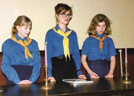 KT Tallinna ringkonna Reaalkooli rühm oma 1. aastapäeva tähistamas 22. veebruaril 1993. Piduliku koonduse küünlatseremoonia avavad Juta Kamp, Piret Otsa ja Kati Käpp.
