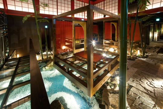 床の傾斜をそのまま生かして川の流れる造園を施し、地下空間に巨大な日本庭園を創り出しました